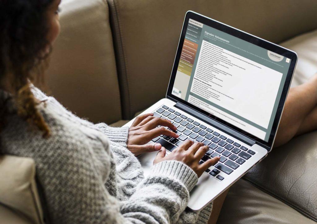 Vrouw bekijkt website signalenkaart op haar laptop