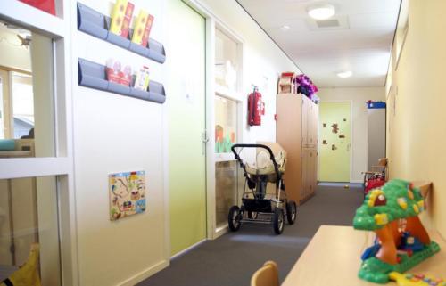 In het gebouw is ook een crèche voor kinderen onder de vier jaar  waar ze vier ochtenden in de week naar toe kunnen.