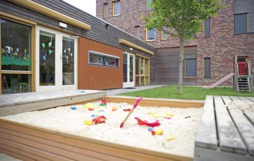 Een buitenspeelplaats voor de kinderen.