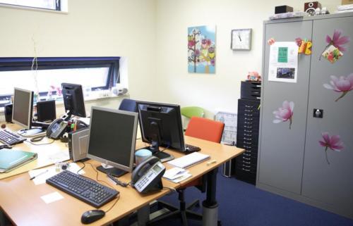 Een kantoor voor gesprekken met hulpverleners. Ook voor de kinderen is er een speciale hulpverlener.