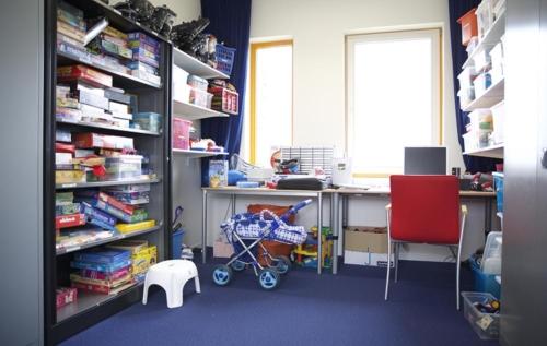 Een spelotheek. Hier kan iedereen boeken, speelgoed, dvd's, spelcomputers en laptops lenen.