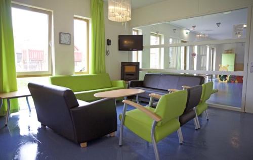 Dit is de gezamenlijke woonkamer. Om tv te kijken. 's middags thee te drinken, activiteiten doen zoals knutselen en spelletjes.