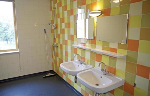De gezamenlijke badkamer met douches.