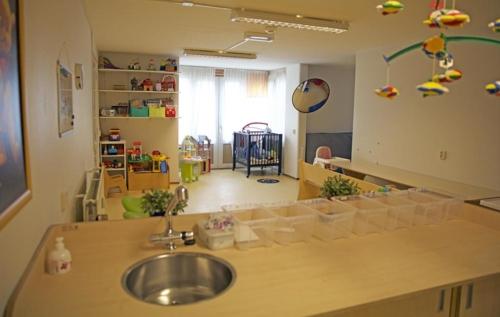 een crèche voor kinderen onder de vier jaar waar ze drie keer per week kunnen spelen met leeftijdgenootjes.