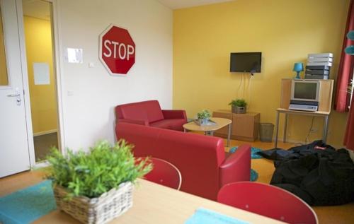 Voor de tieners is er een aparte kamer waar ze kunnen chillen. Ze kunne hier kletsen, tv kijken of gamen.